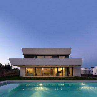 Diseño de fachada de casa blanca, moderna, de dos plantas, con tejado plano