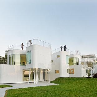 Ejemplo de fachada de casa blanca, actual, grande, de dos plantas, con revestimiento de metal y tejado plano