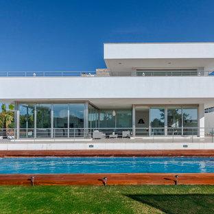 Ejemplo de fachada de casa blanca, minimalista, de dos plantas, con tejado plano