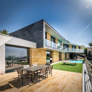 Modelo de fachada contemporánea, grande, de dos plantas, con revestimiento de piedra y tejado plano