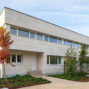 Ejemplo de fachada de casa beige, contemporánea, de tamaño medio, de dos plantas, con revestimiento de piedra y tejado plano