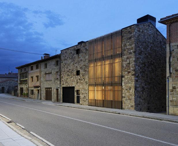 Contemporáneo Fachada by La Reina Obrera - Arquitectura e Interiorismo