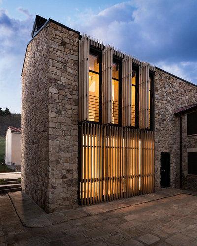Contemporary Exterior by La Reina Obrera - Arquitectura e Interiorismo