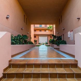 Diseño de fachada de piso naranja, mediterránea, extra grande, de dos plantas, con revestimiento de estuco y tejado de un solo tendido