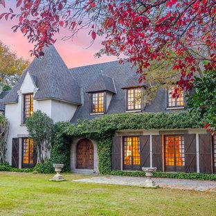Imagen de fachada de casa beige, campestre, de dos plantas, con revestimiento de piedra, tejado a dos aguas y tejado de teja de madera