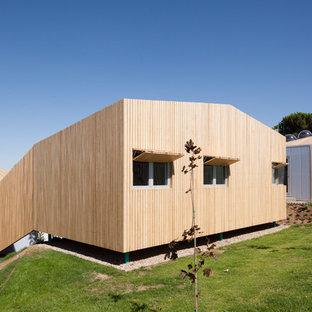 Diseño de fachada de casa marrón, contemporánea, de tamaño medio, a niveles, con revestimiento de madera y tejado plano