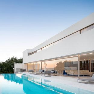 Modelo de fachada de casa blanca, minimalista, de dos plantas, con tejado plano