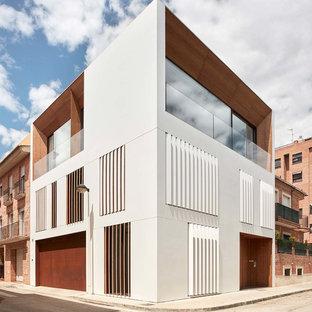 Diseño de fachada de casa pareada blanca, minimalista, grande, de tres plantas, con revestimientos combinados y tejado plano