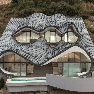 Diseño de fachada de casa multicolor, ecléctica, de dos plantas, con tejado de teja de madera