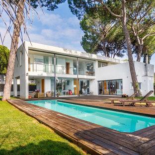 Foto de fachada de casa blanca, moderna, de dos plantas, con tejado plano