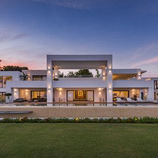 Ejemplo de fachada de casa blanca, contemporánea, extra grande, de dos plantas, con tejado plano