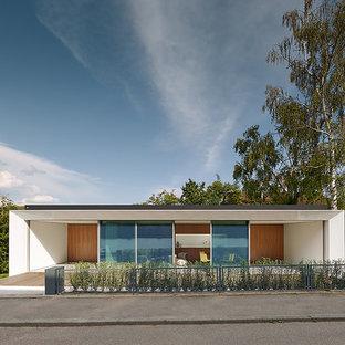 Foto de fachada blanca, moderna, pequeña, de una planta, con revestimientos combinados y tejado plano