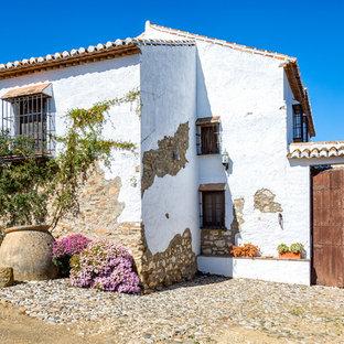 Ejemplo de fachada de casa blanca, mediterránea, de dos plantas