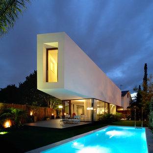 Foto de fachada blanca, actual, grande, de dos plantas, con revestimientos combinados y tejado plano