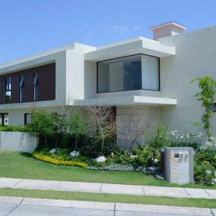 Стильный дизайн: огромный, трехэтажный, бежевый частный загородный дом в стиле модернизм с облицовкой из крашеного кирпича, плоской крышей и зеленой крышей - последний тренд