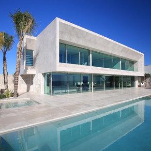 Imagen de fachada moderna, de dos plantas, con tejado plano