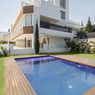 Diseño de fachada de casa blanca, actual, de tres plantas, con tejado plano