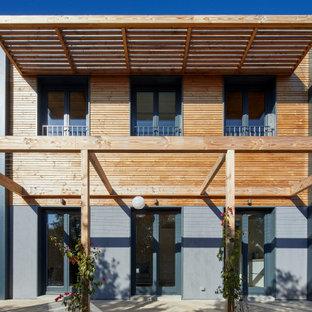 Modelo de fachada de casa multicolor, nórdica, de dos plantas, con revestimientos combinados