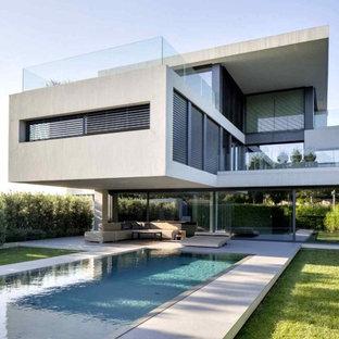 Drei  Oder Mehrstöckiges, Weißes, Kleines Modernes Haus Mit Mix Fassade Und  Flachdach