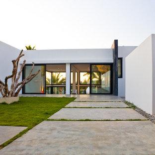 Ejemplo de fachada blanca, moderna, grande, de una planta, con revestimientos combinados y tejado plano