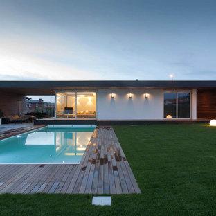 Idee per la facciata di una casa bianca contemporanea a un piano di medie dimensioni con rivestimenti misti e tetto piano