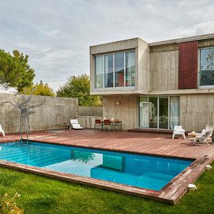 Ejemplo de fachada gris, contemporánea, de tamaño medio, de dos plantas, con revestimiento de hormigón y tejado plano