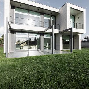 Foto de fachada blanca, moderna, grande, de dos plantas, con revestimientos combinados y tejado plano