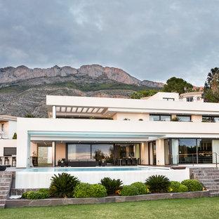 Modelo de fachada de casa blanca, contemporánea, extra grande, de dos plantas, con tejado plano