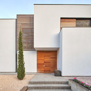 Diseño de fachada de casa blanca, actual, grande, de dos plantas, con tejado plano, tejado de teja de barro y revestimiento de madera
