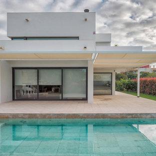 Ispirazione per la facciata di una casa bianca classica a due piani di medie dimensioni con rivestimento in stucco e tetto piano