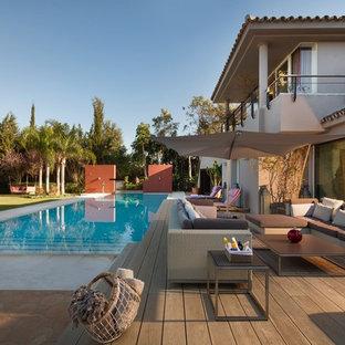 Diseño de fachada beige, actual, grande, de dos plantas, con revestimiento de estuco