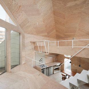 Inspiration för ett litet industriellt allrum med öppen planlösning, med ett musikrum, beige väggar, plywoodgolv, en väggmonterad TV och beiget golv