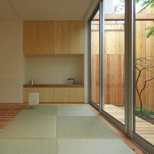 Asiatisches Wohnzimmer ohne Kamin mit weißer Wandfarbe, Tatami-Boden und grünem Boden in Osaka