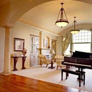 他の地域の大きいトランジショナルスタイルのおしゃれな独立型ファミリールーム (ミュージックルーム、黄色い壁、カーペット敷き、標準型暖炉、石材の暖炉まわり) の写真