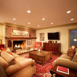 ソルトレイクシティの中サイズのカントリー風おしゃれなファミリールーム (白い壁、無垢フローリング、標準型暖炉、レンガの暖炉まわり、壁掛け型テレビ) の写真