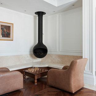 Esempio di un soggiorno classico chiuso con parquet scuro, libreria, pareti bianche e camino sospeso