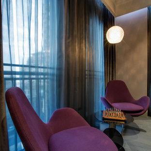 Ispirazione per un soggiorno minimal di medie dimensioni e chiuso con pareti rosa, pavimento in legno massello medio e TV a parete