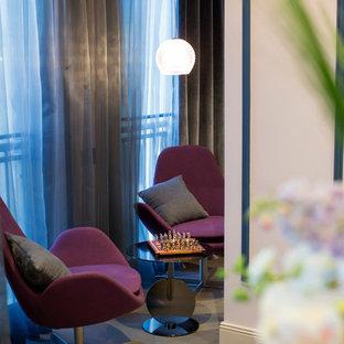 Foto de sala de estar cerrada, actual, de tamaño medio, con paredes rosas, suelo de madera en tonos medios y televisor colgado en la pared