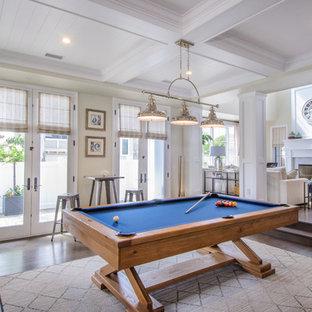 Diseño de sala de juegos en casa marinera con paredes beige y suelo de madera oscura