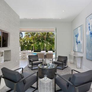 Aménagement d'une salle de séjour contemporaine de taille moyenne et ouverte avec un mur blanc, une cheminée double-face, un téléviseur fixé au mur, un sol beige, un sol en carrelage de porcelaine et un manteau de cheminée en béton.