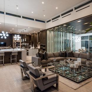 ラスベガスの広いコンテンポラリースタイルのおしゃれなオープンリビング (白い壁、淡色無垢フローリング、横長型暖炉、壁掛け型テレビ、石材の暖炉まわり、ベージュの床) の写真