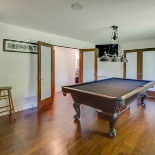 バンクーバーの中サイズのおしゃれな独立型ファミリールーム (ゲームルーム、白い壁、無垢フローリング、暖炉なし、テレビなし、茶色い床) の写真