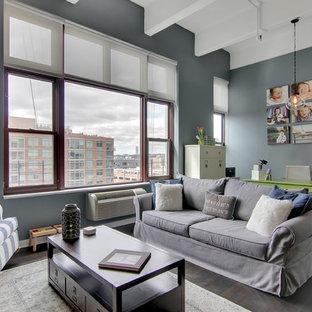 Foto de sala de estar abierta, de estilo de casa de campo, pequeña, sin chimenea, con paredes grises, suelo de madera oscura y televisor independiente