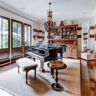 Diseño de sala de estar con rincón musical campestre, de tamaño medio, sin televisor, con paredes beige y suelo de madera en tonos medios