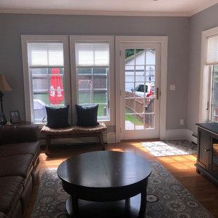 Exemple d'une salle de séjour chic de taille moyenne et fermée avec un mur bleu, un sol en bois clair, un téléviseur fixé au mur et un sol vert.
