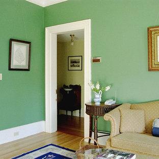 Aménagement d'une salle de séjour victorienne fermée avec un mur vert, un sol en bois clair, aucune cheminée, aucun téléviseur et un sol beige.
