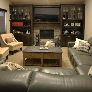 ボイシの中サイズのトラディショナルスタイルのおしゃれな独立型ファミリールーム (ミュージックルーム、ベージュの壁、カーペット敷き、標準型暖炉、石材の暖炉まわり、埋込式メディアウォール) の写真