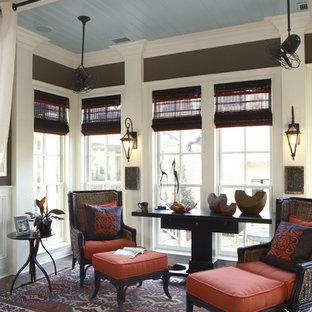 Foto de sala de estar tradicional con paredes marrones, suelo de madera oscura y suelo marrón