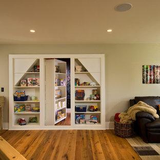 Immagine di un soggiorno stile rurale con pareti beige e pavimento in legno massello medio