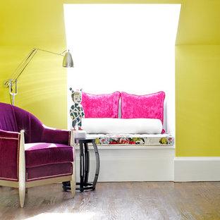 Esempio di un piccolo soggiorno contemporaneo stile loft con angolo bar, pareti verdi, nessuna TV e pavimento in legno massello medio